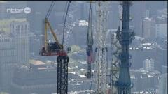 New York: montage de la flèche du One World Trade Center