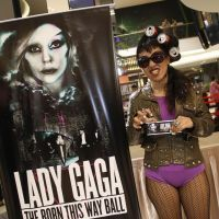 Une fan indonésienne de Lady Gaga exhibe son billet pour le concert interdit